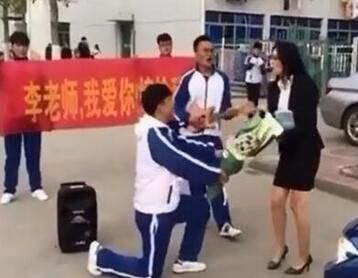 男生向老师求婚被斥不要脸 砸掉钻戒践踏花束