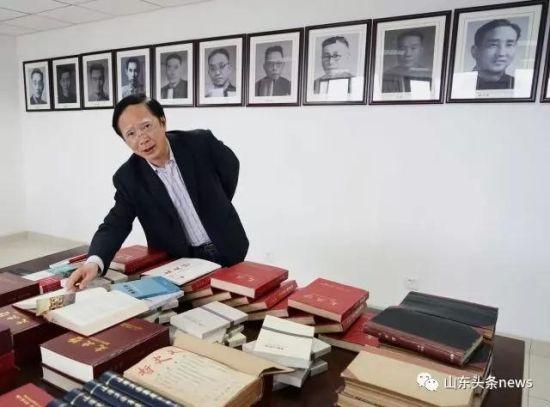 王学典就指着李总理站的地方说,总理翻看这本杂志。