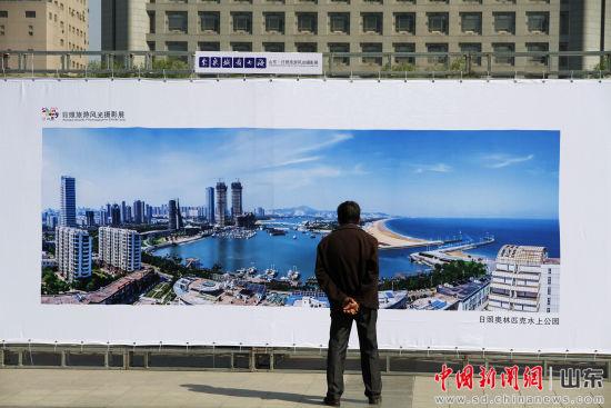 数幅海天相接的航拍照片吸引着观赏者驻足欣赏。沙见龙 摄