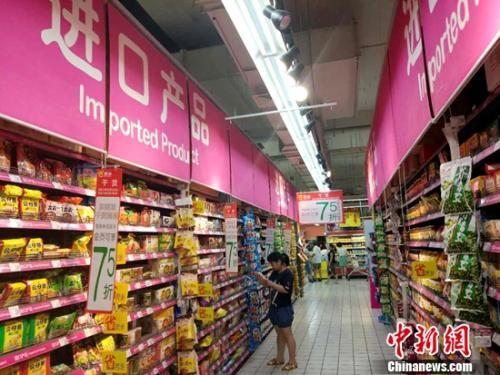 居民在超市购物。(资料图)中新网记者 李金磊 摄