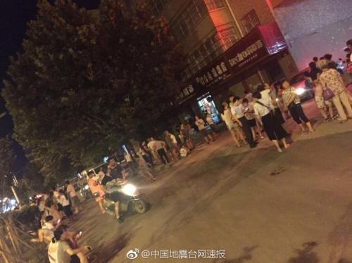 图为陕西渭南民众离开住宅。图片来源:中国地震台网速报