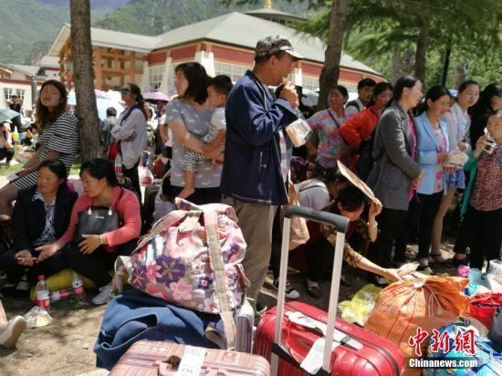 8月8日21时19分在四川阿坝州九寨沟县发生7.0级地震,震源深度20千米。图为等待撤离的游客。中新网记者 安源 摄