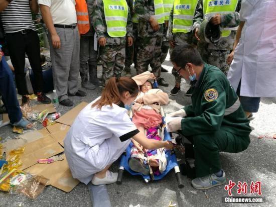 8月8日21时19分在四川阿坝州九寨沟县发生7.0级地震,震源深度20千米。图为救援人员在九寨沟上寺寨抢救伤员。中新网记者 安源 摄