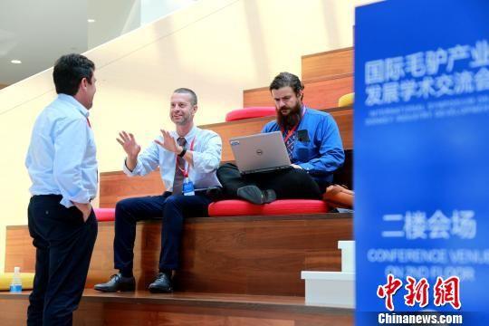 专家们在茶歇之余相互交流澳门银河国际赌城官网驴产业模式对世界驴产业发展的借鉴。 梁犇 摄