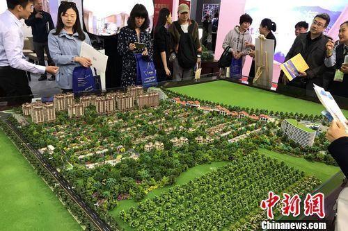 资料图:民众在2017年北京春季房展会上的某楼盘展台咨询。中新网记者 程春雨 摄