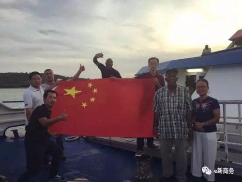 救援船起航前与经商处负责人孙金焕、中土集团员工以及船长合影。(商务部团委e新商务微信公众号图片)