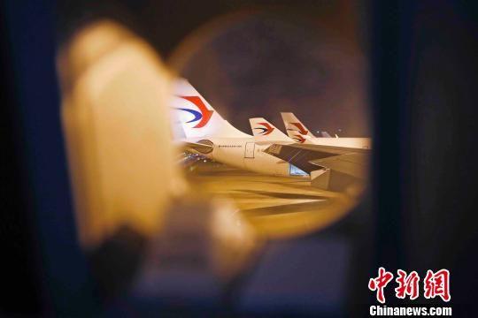 经过不到24小时的紧急准备,东航2架A330-300宽体飞机、64名机组及工作人员全部就位,整装待发。 殷立勤 摄