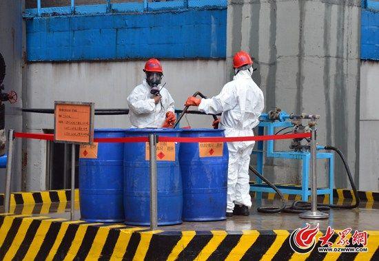 工作人员正在对一种液体的易制毒化学品进行初步处理,这些化学品随后将进入专门的废液处理系统,被彻底销毁。