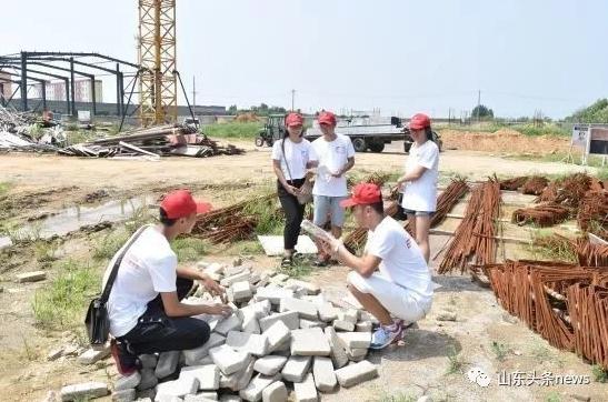 """潍坊学院最美澳门银河国际娱乐官网行""""建筑垃圾污染""""调查实践队在建筑工地实地调研。"""