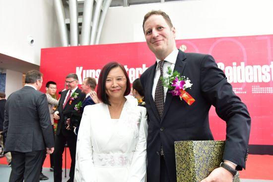 图为中国摄影家鞠小薇和德国皇室霍亨索伦家族首领格奥尔格·弗里德里希·裴迪南合影。