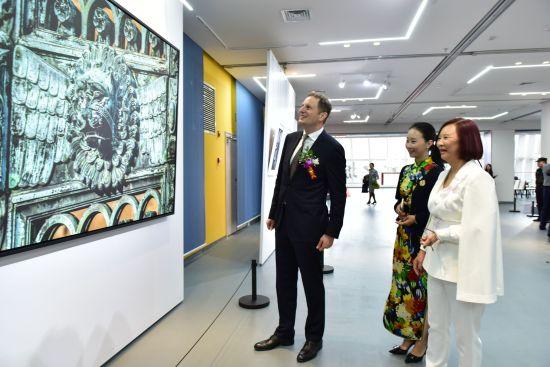 图为中国摄影家鞠小薇和德国皇室霍亨索伦家族首领格奥尔格·弗里德里希·裴迪南观赏摄影作品。叶长来摄