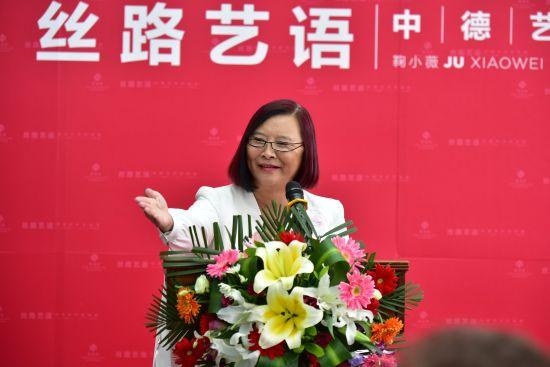 图为中国摄影家鞠小薇在开幕式致辞。叶长来摄