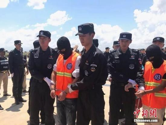10月12日,70余名在柬埔寨涉嫌网络诈骗的澳门银河国际赌城官网嫌犯,在柬移民局警方和澳门银河国际赌城官网警方押送下从金边机场被遣返。中新社记者 钟欣 摄