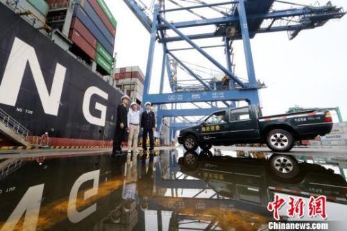 资料图:广州海关工作人员在一线提供服务。池兆恩 摄