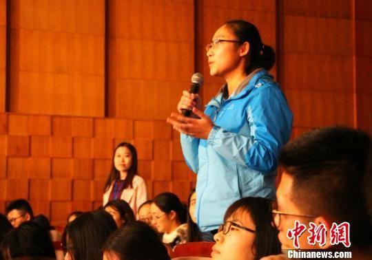观看完影片后,观众对现场的影片主创人员进行提问。 赵晓 摄