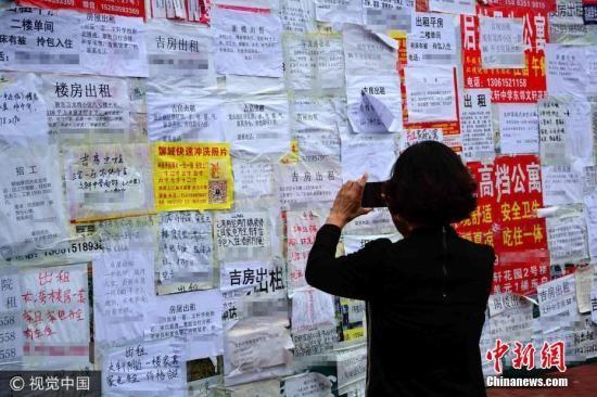 资料图:家长寻求租房陪读。图片来源:视觉中国