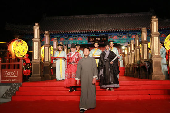 """全国各地慕名而来的观众,现场观摩了祭拜""""阿井""""的隆重仪式。"""