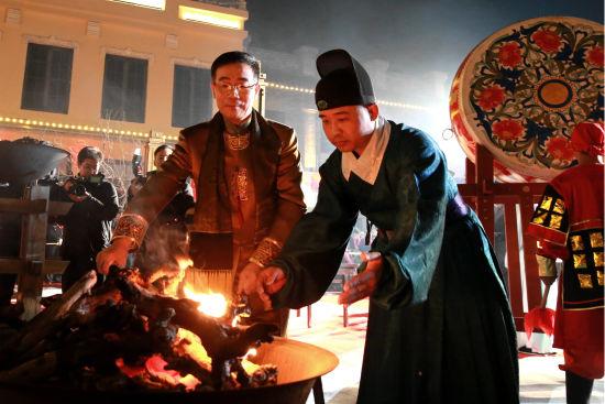 国家级非物质文化遗产东阿阿胶制作技艺代表性传承人秦玉峰点燃桑木火。