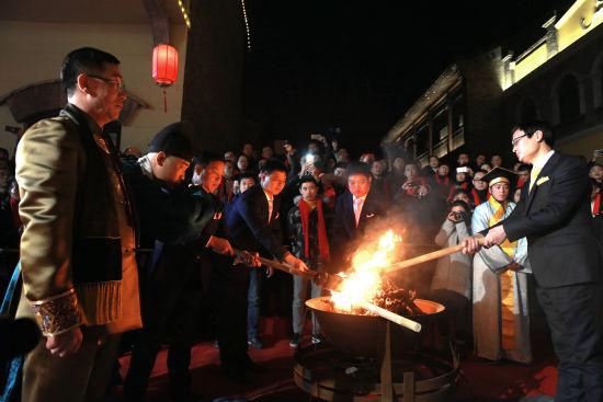 国家级非物质文化遗产东阿阿胶制作技艺代表性传承人秦玉峰及其弟子共同点燃桑木火,制作技艺薪火相传。