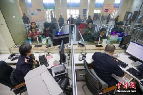 资料图:民众正在购买车票。中新社记者 张云 摄