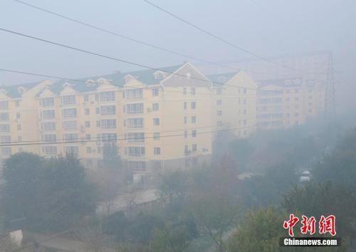 资料图:吉林省省会长春市遭遇雾霾 张瑶 摄