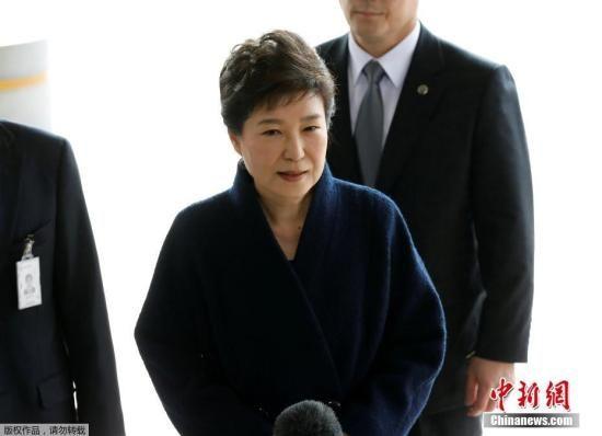 2017年3月21日,韩国史上第一位遭弹劾下台的总统朴槿惠前往首尔中央地方检察厅接受调查。当天一早,朴槿惠到案,并对韩国国民致歉,承诺将坦白受查。