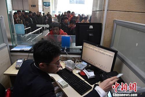 资料图:今年春运火车票的预售期仍延续此前规定,网络、电话最远预售期为30天。 中新社记者 杨艳敏 摄