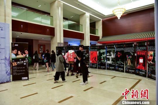 图为山东首届文化惠民消费季期间,吸引大量观众。 叶长来 摄