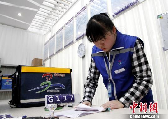 12306网络订餐济南西站配送中心分拣员胡银平正在核对外卖信息。 沙见龙 摄
