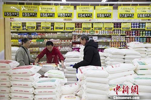 1月10日,山西太原,民众正在超市购买面粉。当日,中国国家统计局公布的数据显示,去年全年,中国CPI同比涨幅有11个月低于2%。 中新社记者 张云 摄
