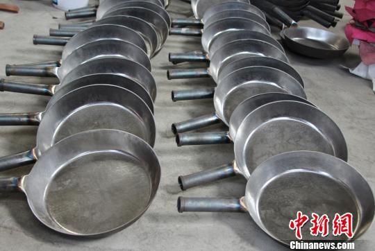 图为章丘铁锅的锅身与把手一体。 赵晓 摄