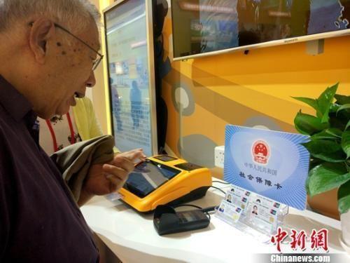 资料图:参观中的退休老人。中新网记者 李金磊 摄