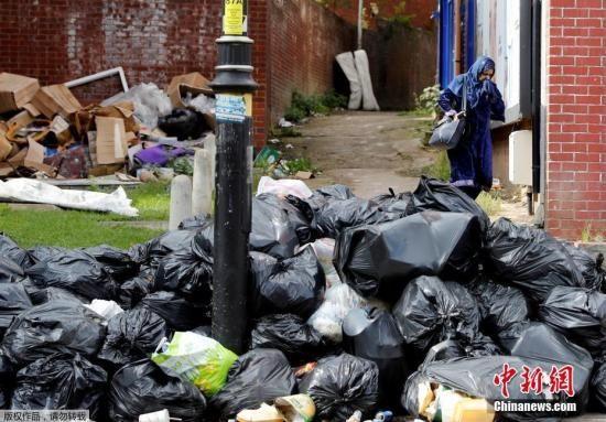 资料图片:英国伯明翰清洁工罢工,街头堆满垃圾,只能靠承包商来清理。
