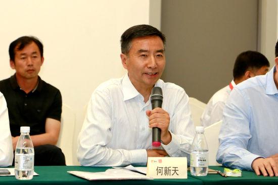 图为中国畜牧业协会秘书长何新天出席当天研讨会并发言。