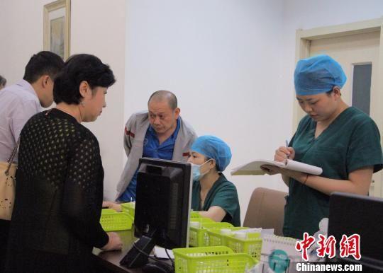 资料图:澳门银河国际娱乐官网大学第二医院的护士正在为病人服务。 赵晓 摄
