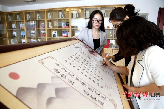 9大物业企业达成共识,协力推进传统文化进社区、家庭。图为签字现场。沙见龙 摄