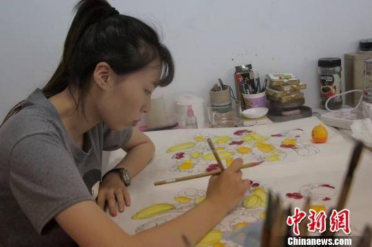 """""""全国书画看山东,山东书画看青州""""。图为农民画画家正在描绘作品。 赵晓 摄"""