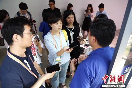 参加上海合作组织青岛峰会报道的部分媒体记者来到潍坊参观采访潍坊高新技术产业开发区。 沙见龙 摄