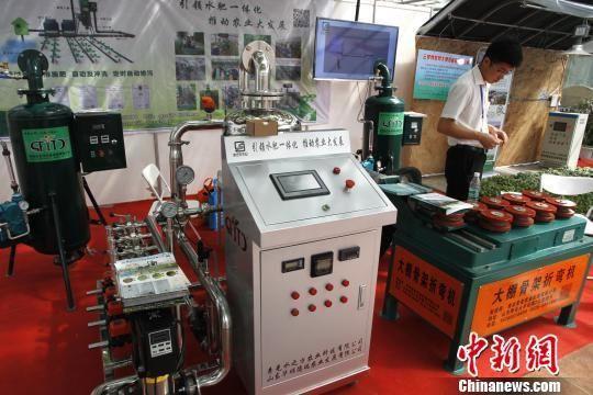 在今年4月举行的第19届中国(寿光)国际蔬菜科技博览会上,具备自主智能管控能力的现代化系统、设备等成为焦点。图为水肥一体化、蔬菜大棚建设设备。(资料图) 沙见龙 摄