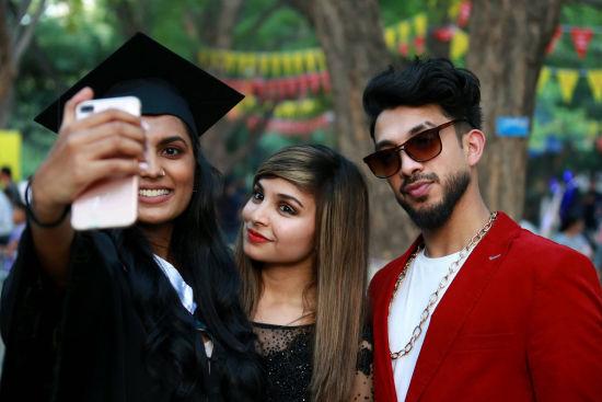 图为留学生在校园内拍照留念。