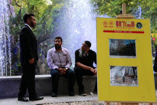 毕业季摄影作品展在趵突泉校区中心花园举行。