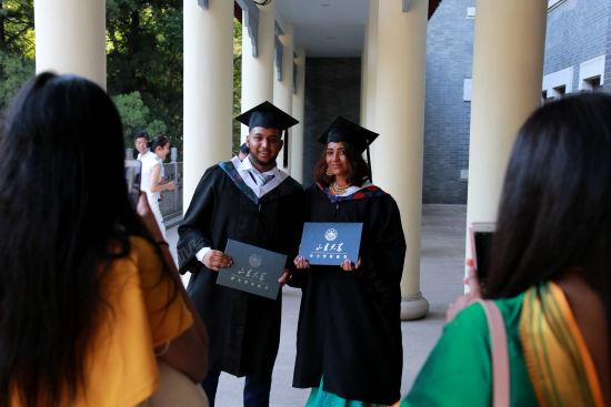 当天,齐鲁医学院举行了2018年临床医学本科(MBBS)留学生毕业学位授予仪式。陈子江为86位留学生毕业生授予学位证书。