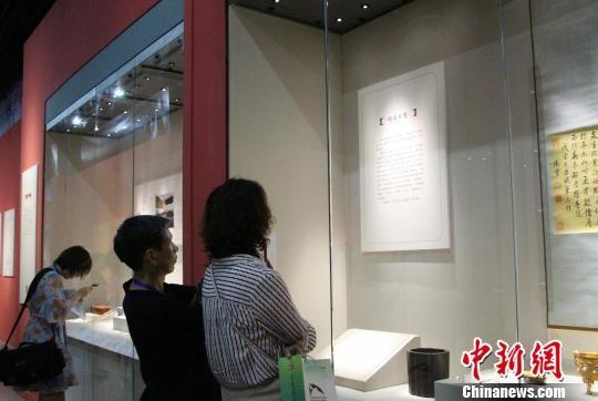 图为见面会现场的媒体记者正在参观展览。 赵晓 摄