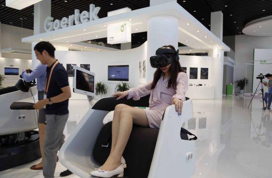 :图为参观者在潍坊歌尔电子有限公司体验VR技术.  摄 -山东公布高
