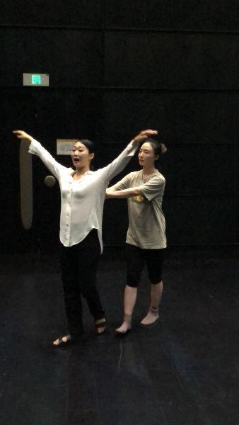图片为:中国话剧演员教韩国演员表演中国传统戏曲的身段、唱腔。张立喜摄