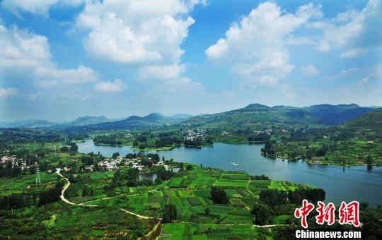 翼云湖畔的村庄在青山绿水、蓝天白云的映衬下显得格外美丽。 李宗宪 摄