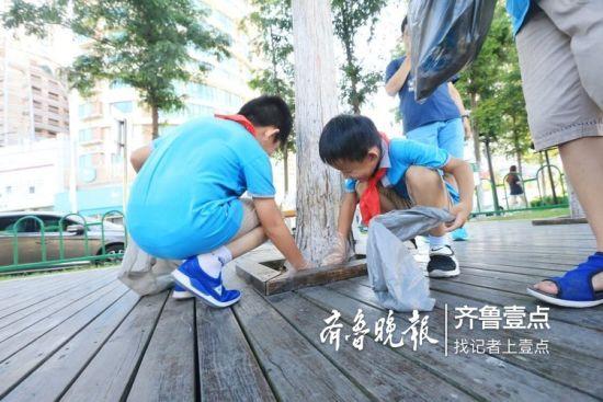 为了让海泊河更加洁净美丽,同学们纷纷动手清理木栈道上的垃圾,用实际行动保护母亲河。 齐鲁晚报•齐鲁壹点记者 张晓鹏