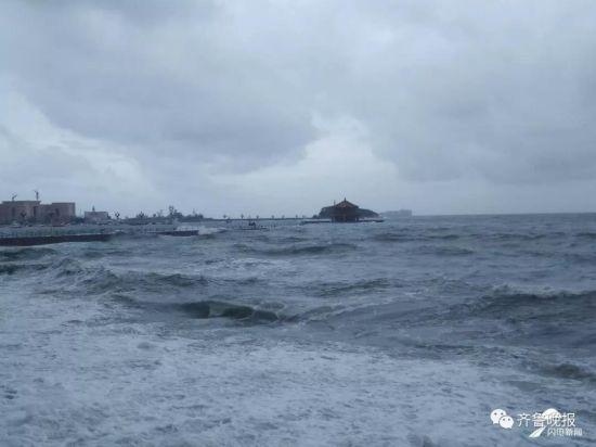青岛栈桥被淹没!山东50地发布暴雨预警…