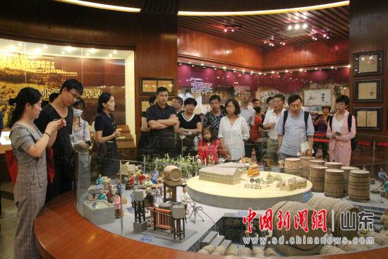 图为媒体记者参观张裕酒文化博物馆。赵晓 摄