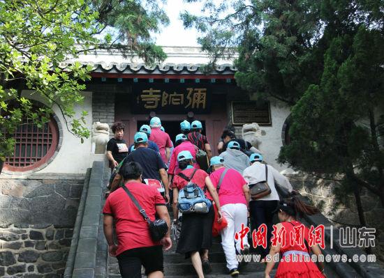 图为游客参观蓬莱阁的弥陀寺。赵晓 摄